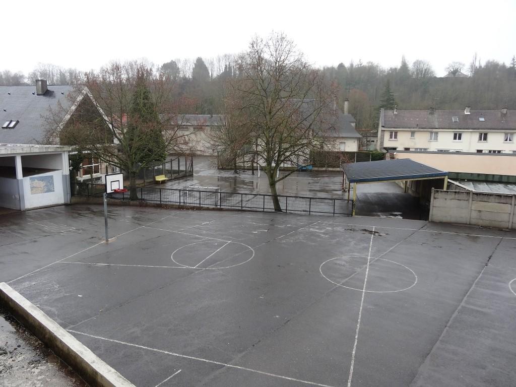Cour pour les primaires avec terrain de hand-ball